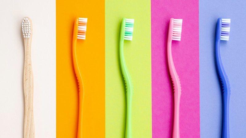 Compartilhar escova de dentes faz mal à saúde bucal