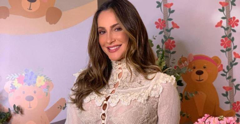 Claudia Leitte usa joias com diamantes e esmeraldas no The