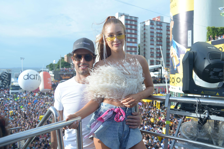 Ao lado do marido, Marina Ruy Barbosa prestigia Ivete Sangalo