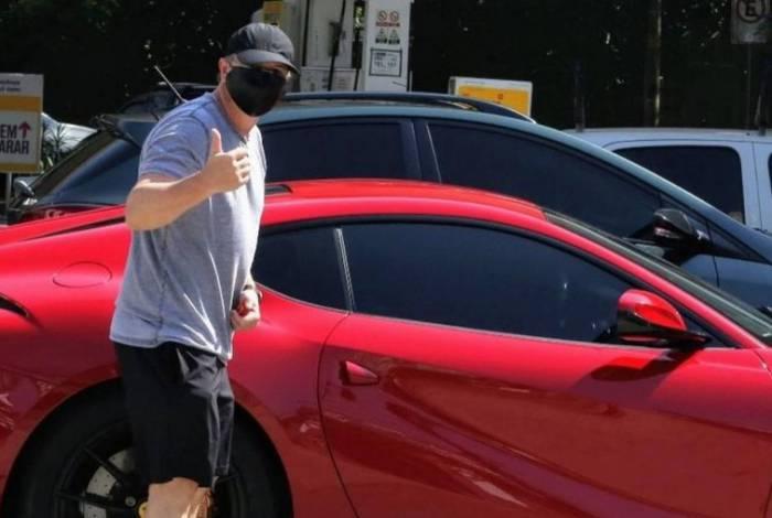 Boninho passeia de Ferrari no Rio de Janeiro