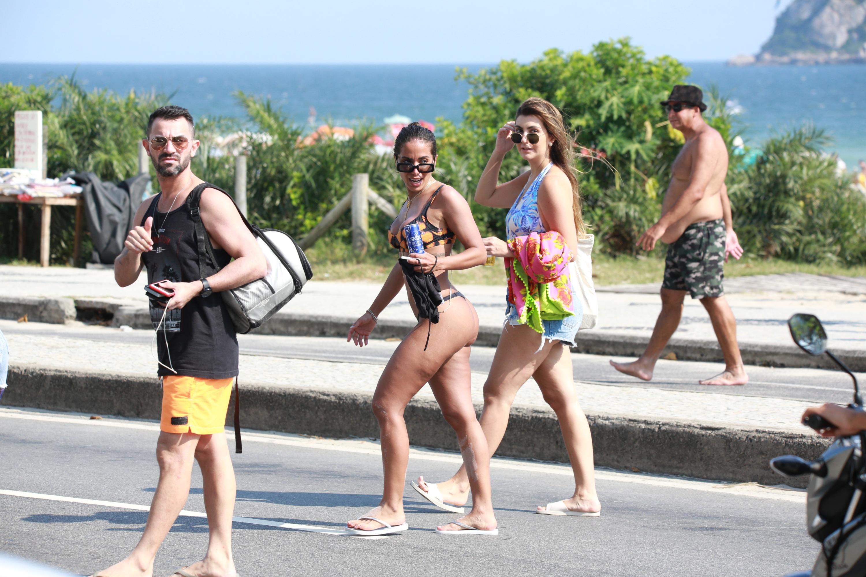 Anitta causa alvoroço com fãs ao sair da praia