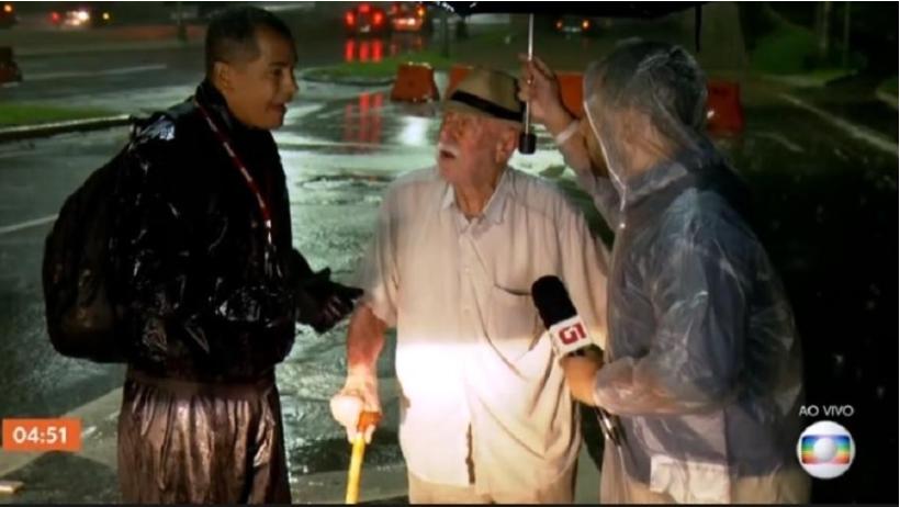 Repórter da Globo ajuda idoso durante alagamento em São Paulo