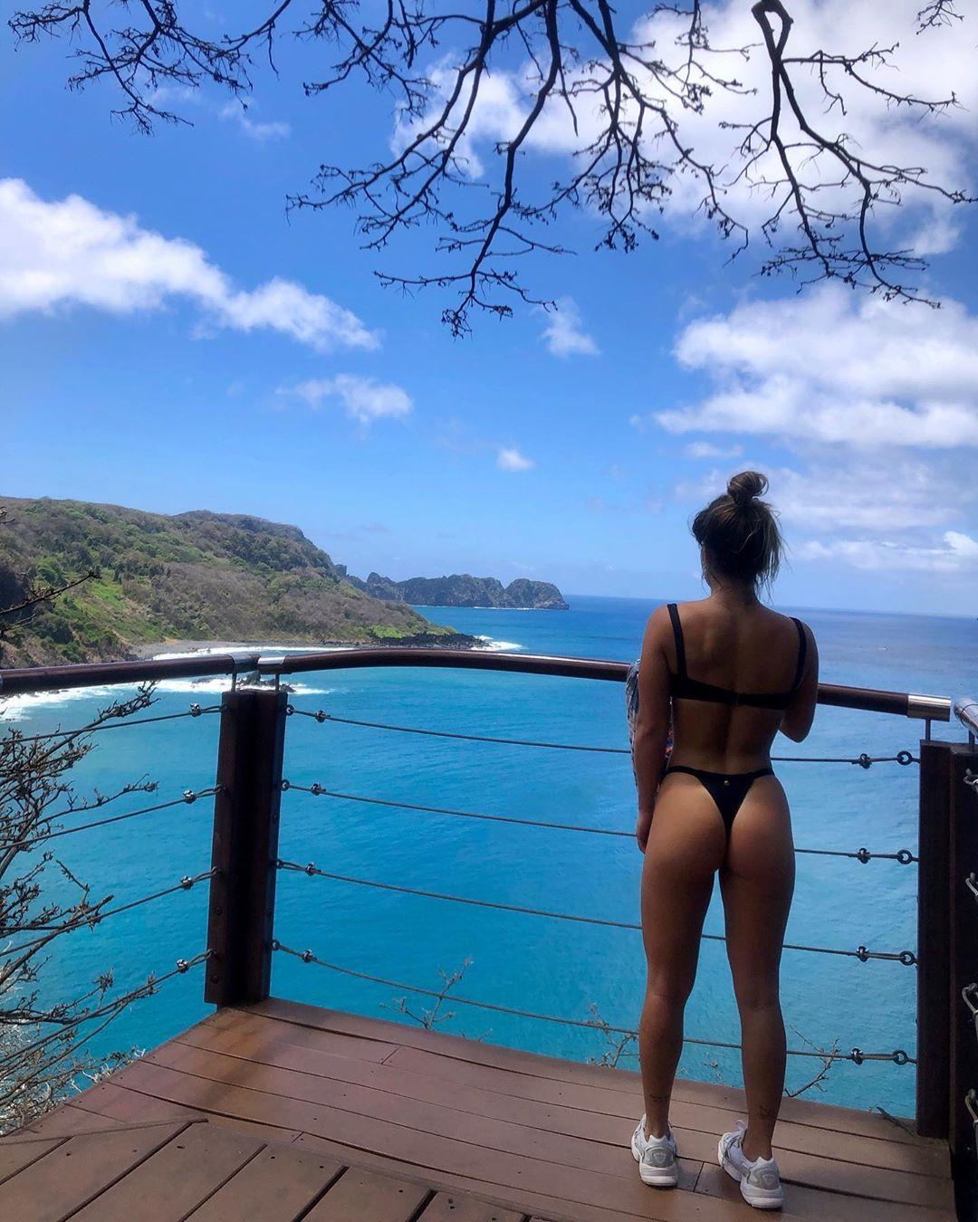 Bruna Griphao mostra curvas ao posar de costas