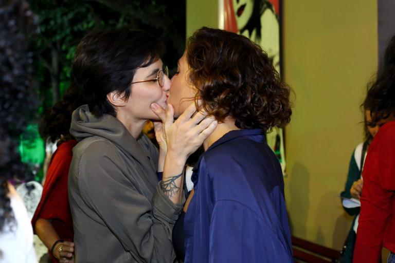 Camila Pitanga beija namorada