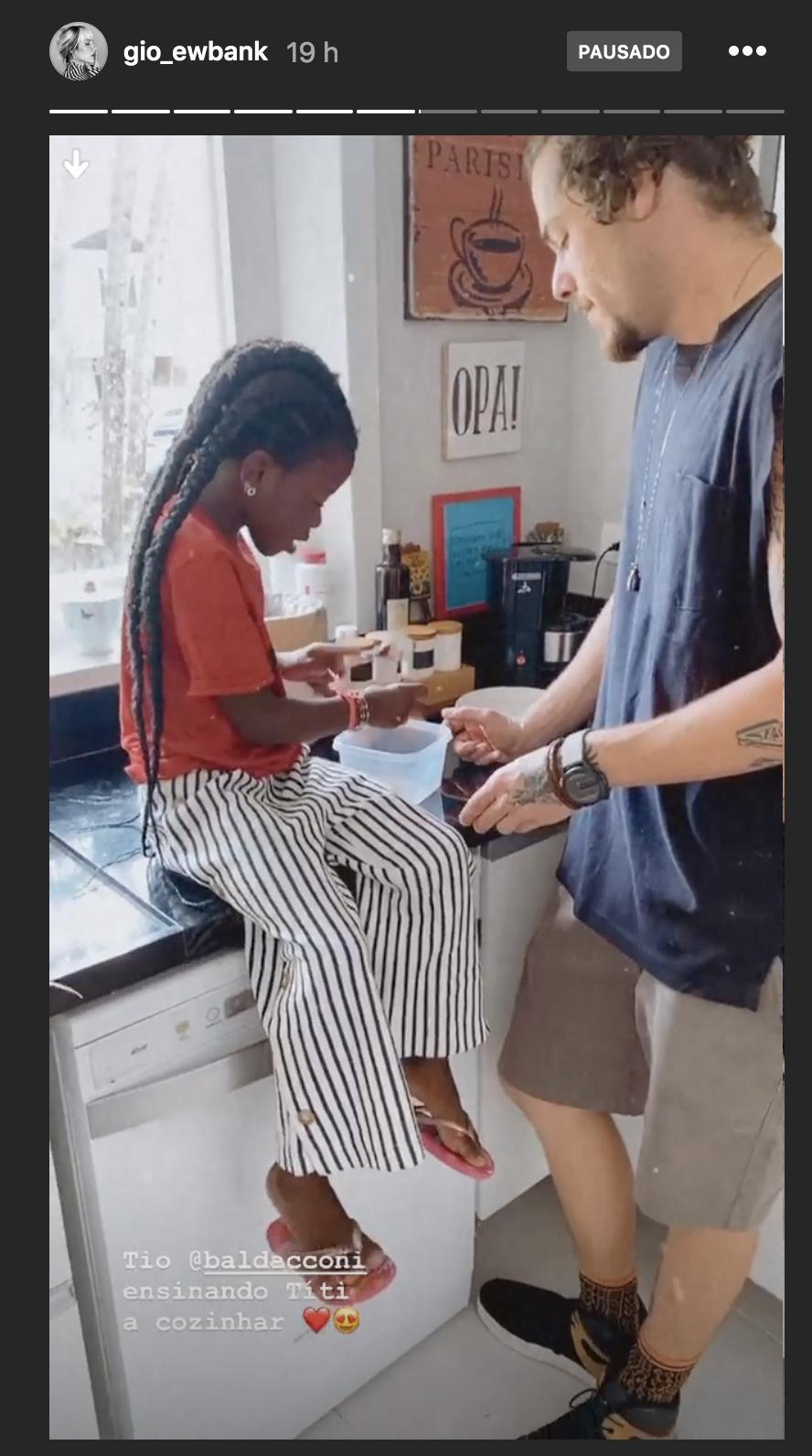 Giovanna Ewbank mostra Titi aprendendo a cozinhar