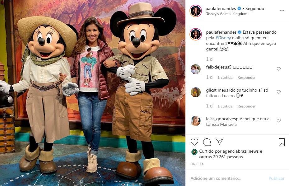 """De cara lavada, Paula Fernandes curte dia em parque da Disney e declara: """"Que emoção"""""""