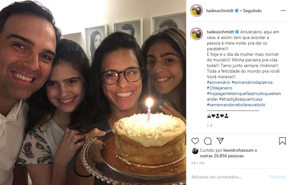"""Tadeu Schmidt surpreende esposa com surpresa de aniversário em plena madrugada: """"Aqui em casa é assim"""""""