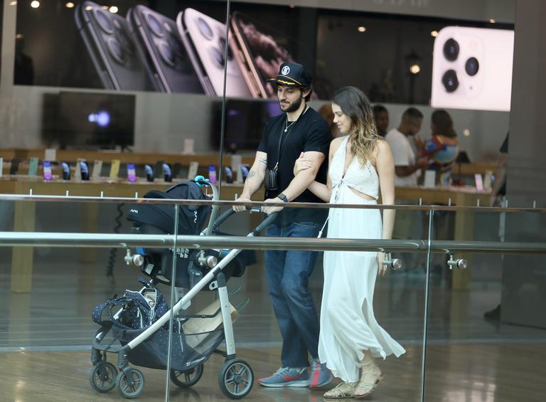 Tarde em família! Chay Suede e Laura Neiva são flagrados com filha, Maria, durante passeio em shopping