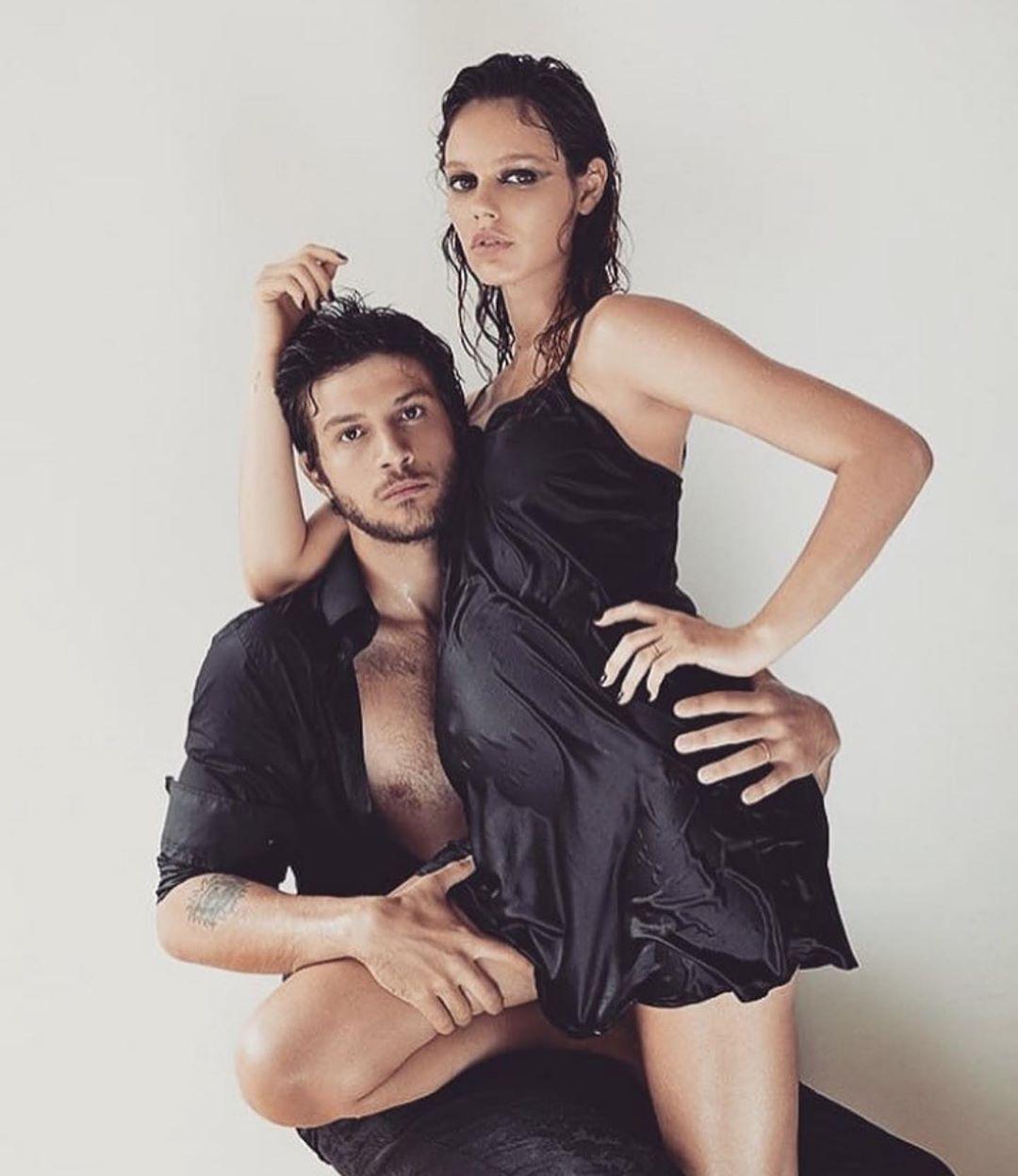 Chay Suede e Laura Neiva em um ensaio fotográfico