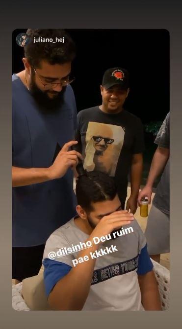 Momento em que Dilsinho tem os cabelos raspados por Henrique