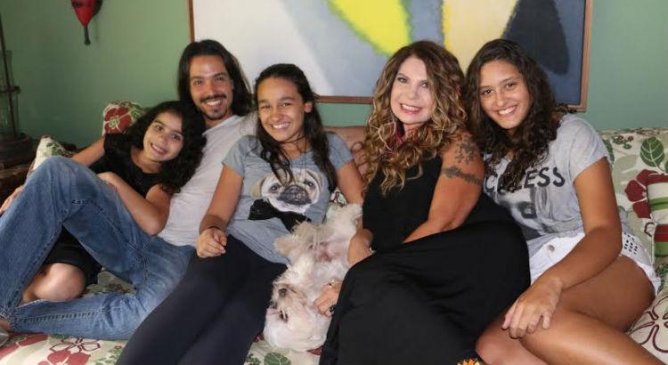 Elba Ramalho possui três meninas adotivas
