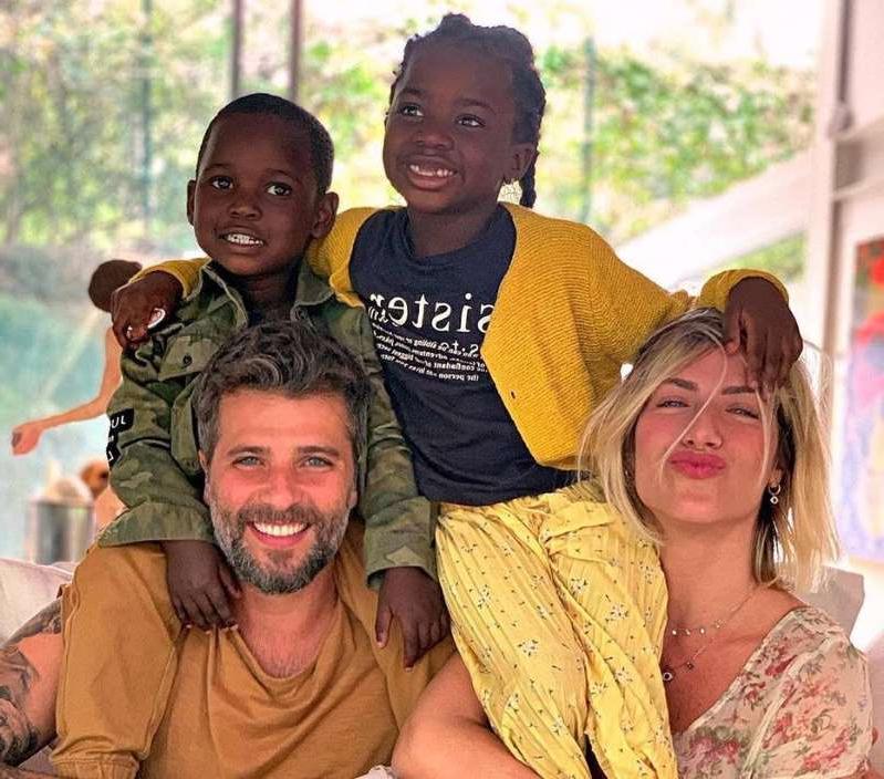 Giog e Bruno Gagliasso adotaram Titi e Bless