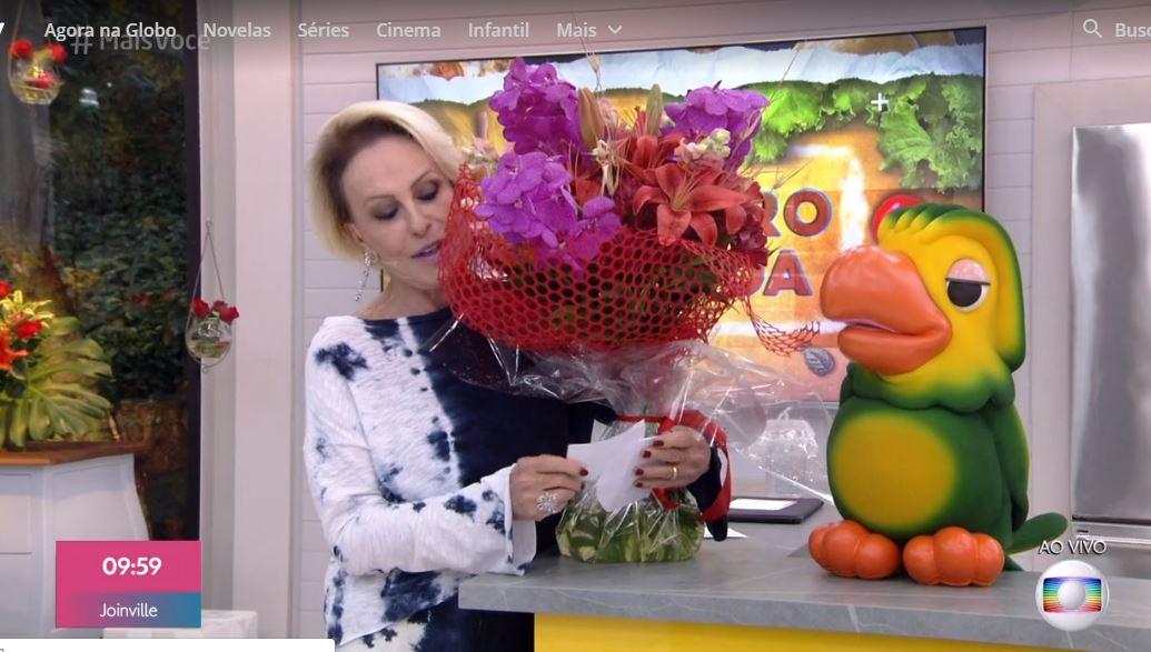 Ana Maria Braga recebe presente de Fátima Bernardes, ao vivo