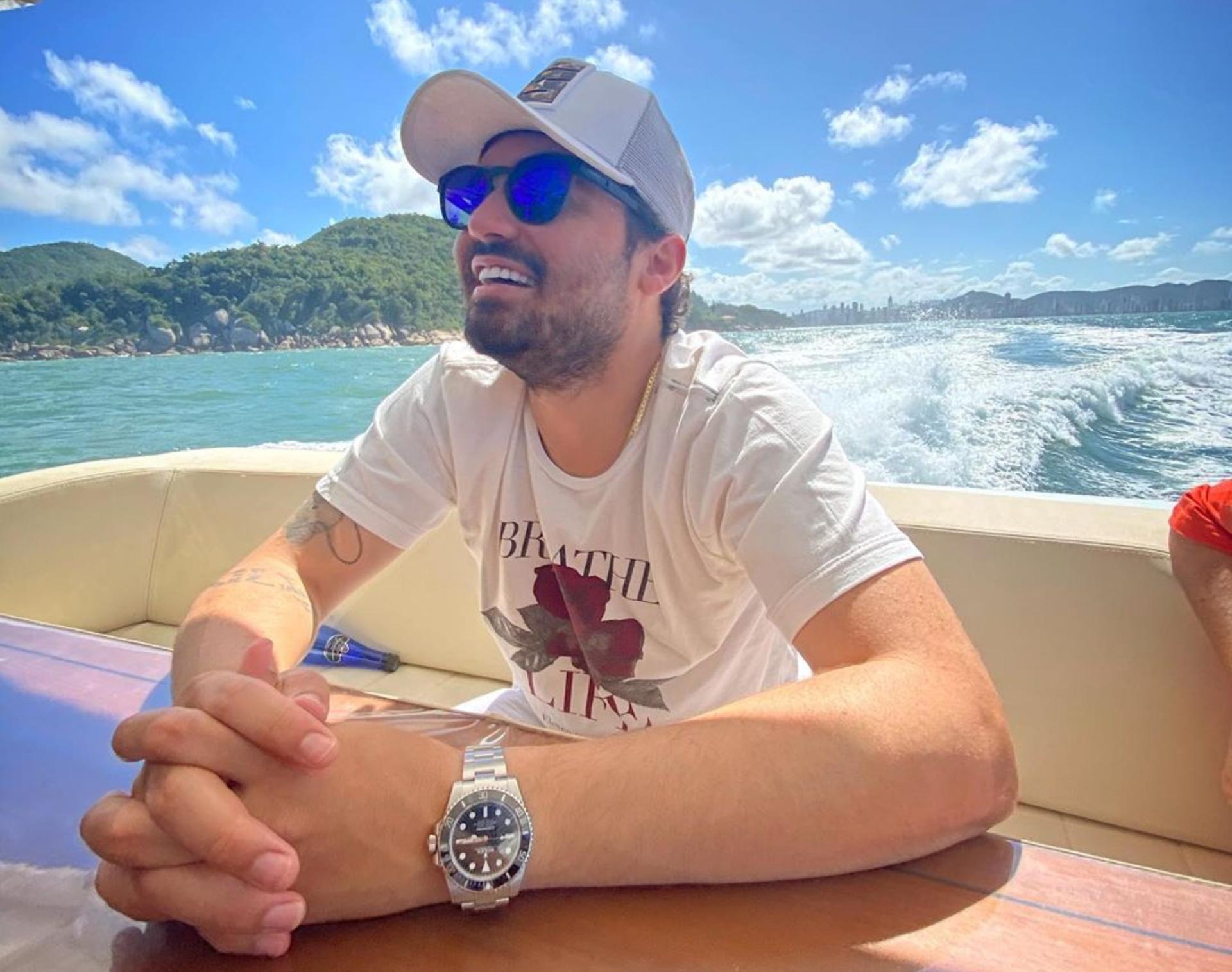 Após término, Fernando Zor curte dia em barco luxuoso