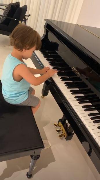Gabriel tocando piano