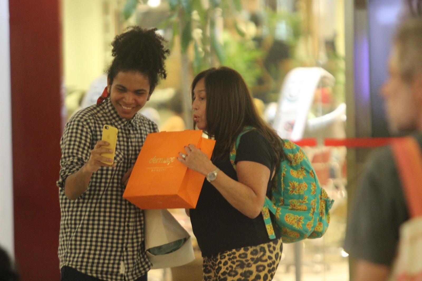Susana Vieira interage com fãs dentro de um shopping
