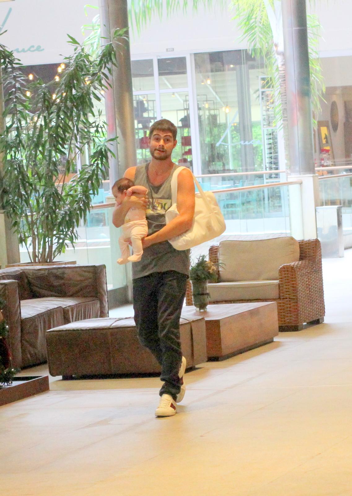 Rafael Vitti passeia com a filha