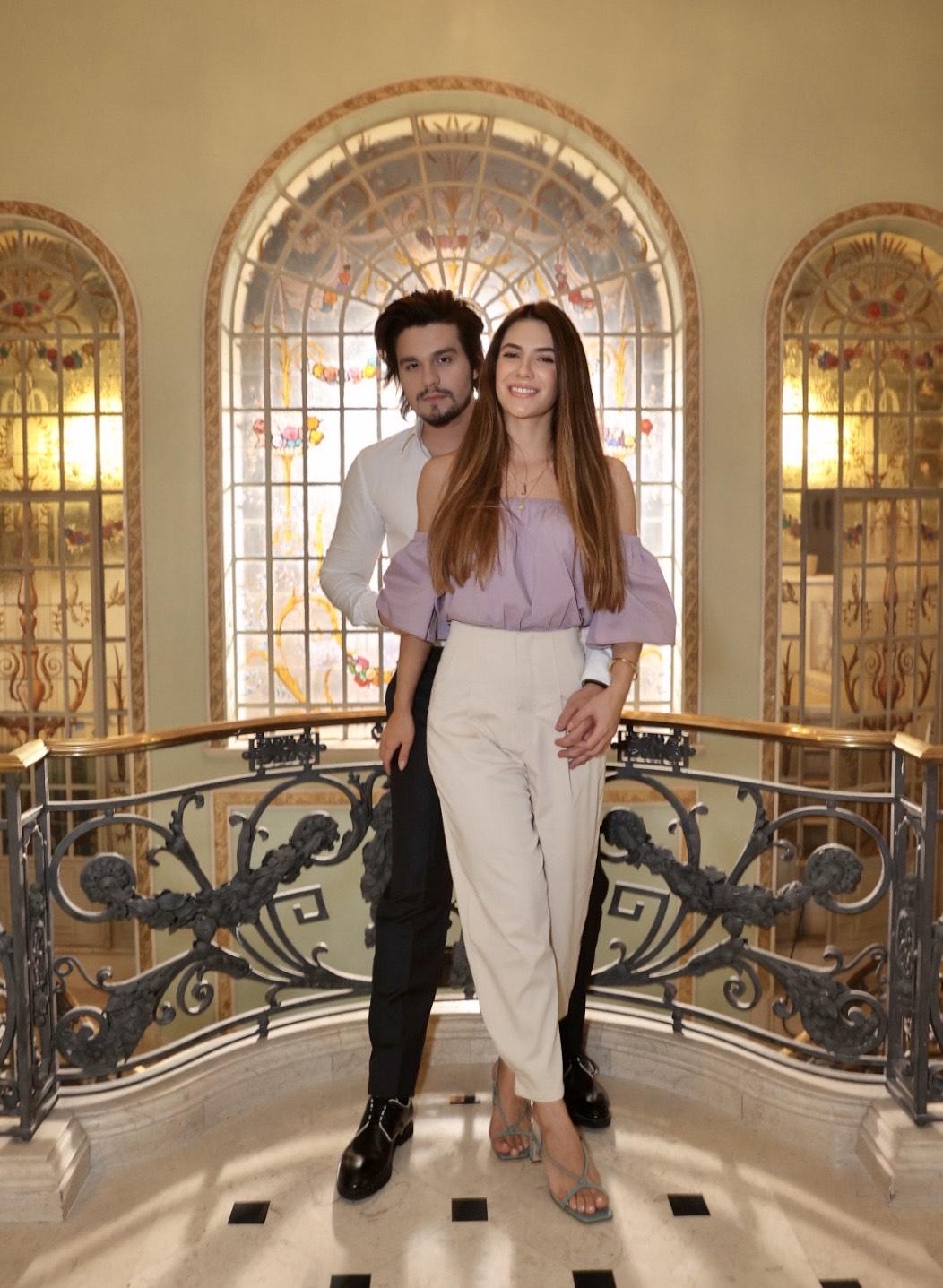 Luan Santana e Jade Magalhães trocam carinhos