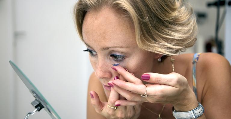 2fcf5ce8e 10 erros que usuários de lentes de contato cometem   Máxima