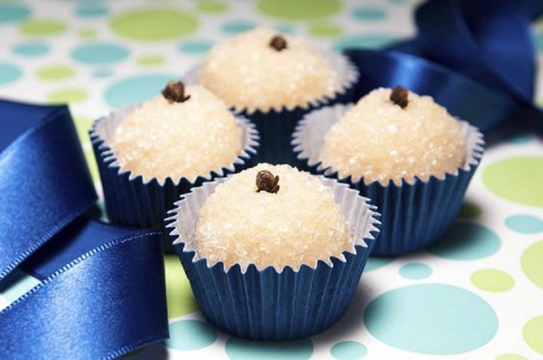 Em homenagem ao Dia Mundial do Beijo, nada melhor do que preparar um doce tradicional brasileiro, o beijinho de coco. A receita é da cozinheira Gabriela Pegurier* (SP). Mãos à obra!