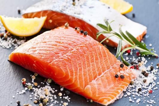 O salmão é rico em minerais como ferro, potássio, sódio, cálcio, magnésio e vitaminas A, B6, B12, C e D