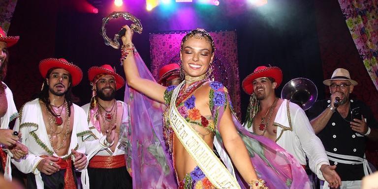 A rainha do baile foi a atriz Isis Valverde, que vestia uma fantasia de cigana