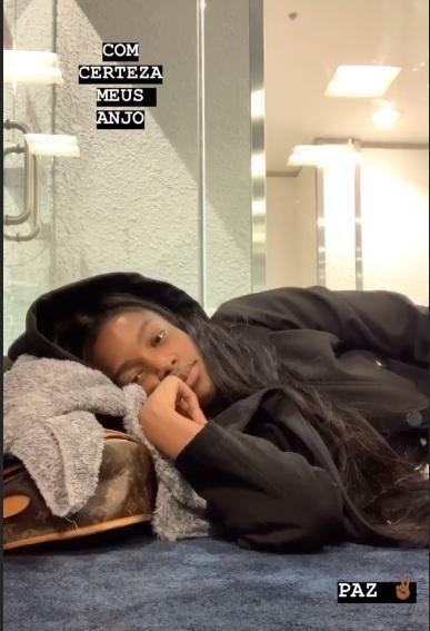 Iza se aconchegou no chão do aeroporto internacional