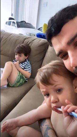 Gusttavo Lima passa o dia com os filhos