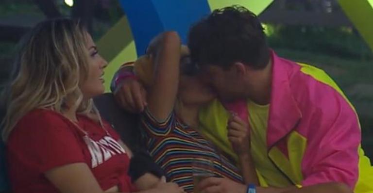 Hariany e Lucas se rendem a beijão em 'A Fazenda'