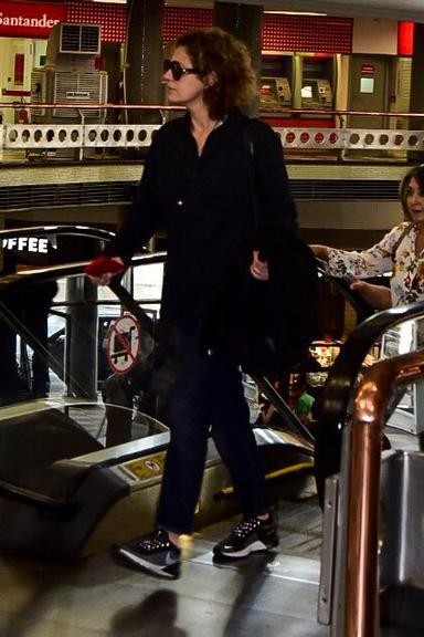 Patrícia Pillar se esquiva de papparazi ao embarcar no Aeroporto de Congonhas