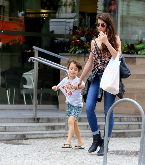 Alinne Moraes faz rara aparição durante almoço com filho, Pedro, pelas ruas do Rio de Janeiro