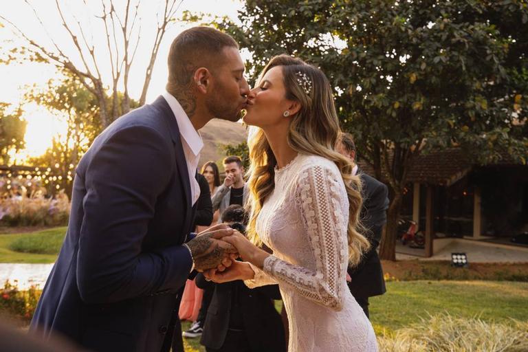 Lucas Lucco e Lorena Carvalho se casam em fim de tarde