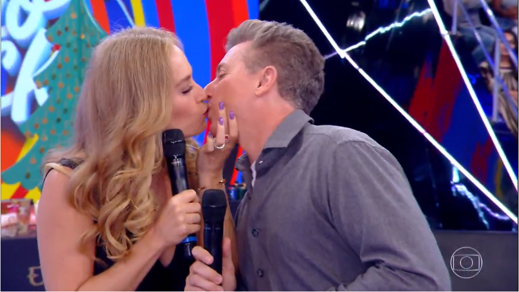 Angélica rouba beijou de Luciano Huck ao vivo