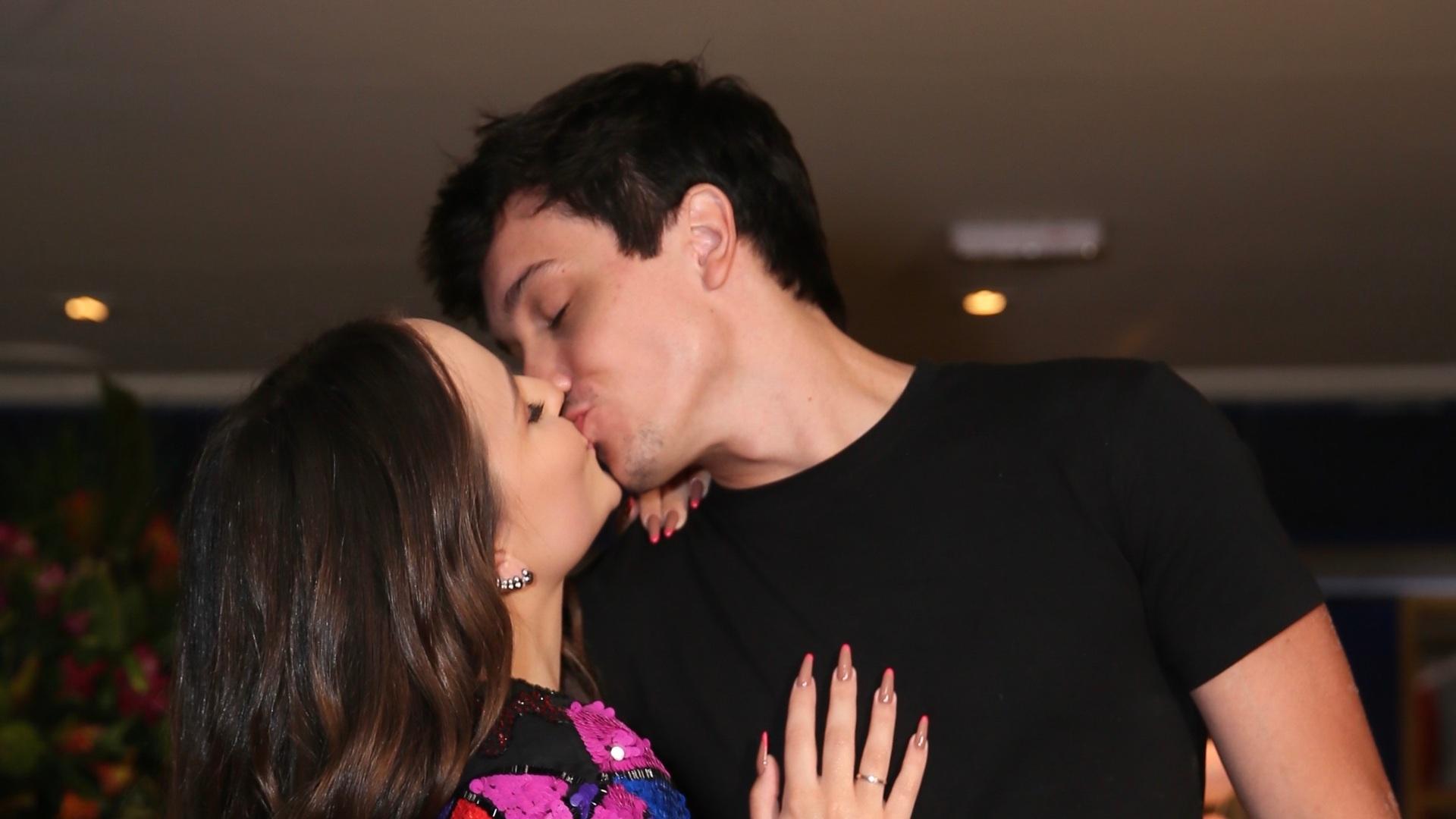 Larissa Manoela troca beijos com Léo Cidade