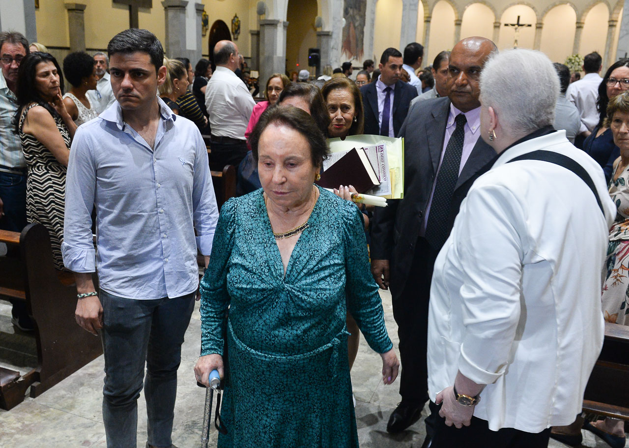 Maria do Céu surge de muleta para missa de sétimo dia de Gugu Liberato