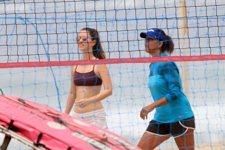 Nathalia Dill esbanja boa forma ao ser flagrada durante jogo de vôlei em praia no Rio de Janeiro
