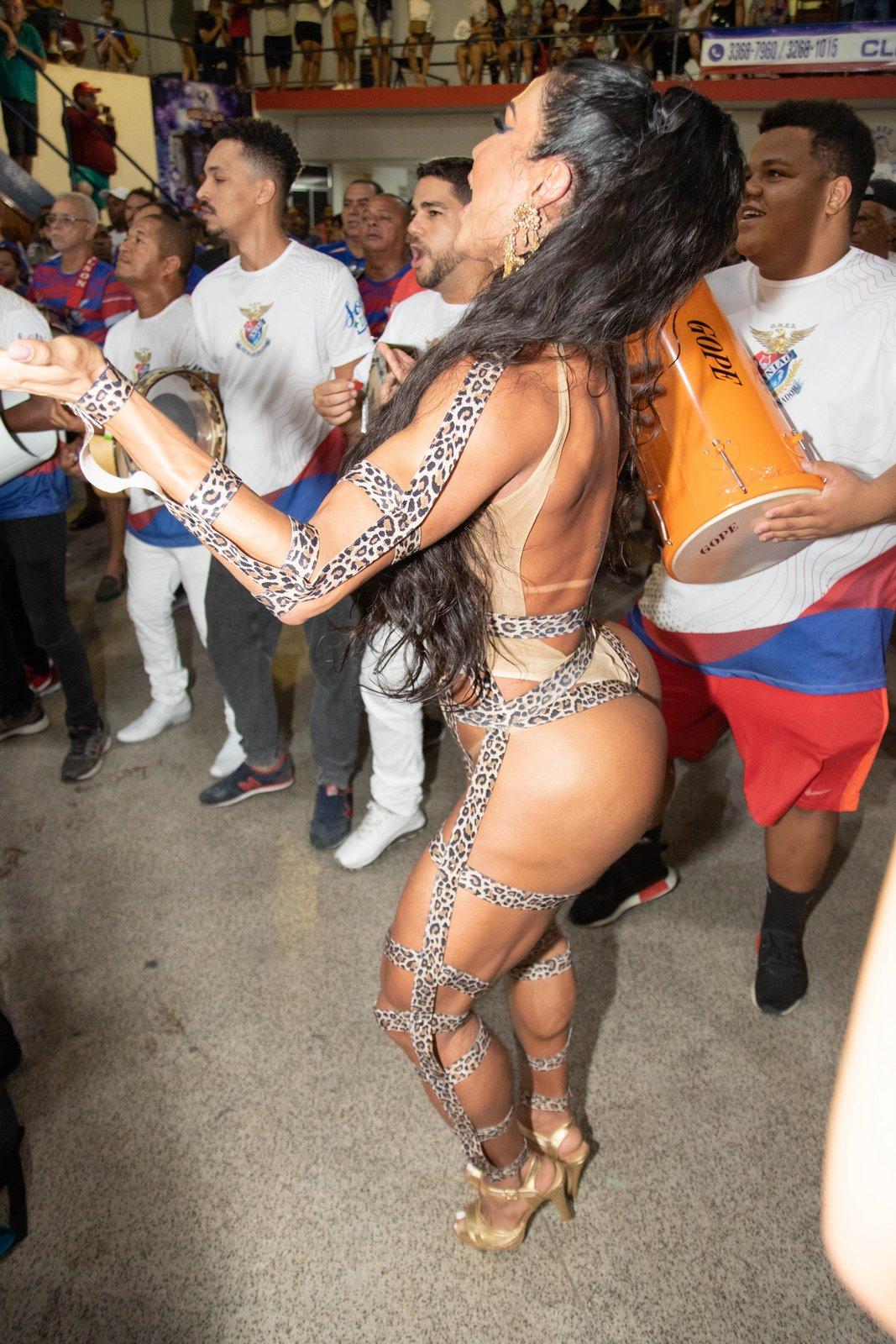Gracyanne Barbosa comparece e ensaio