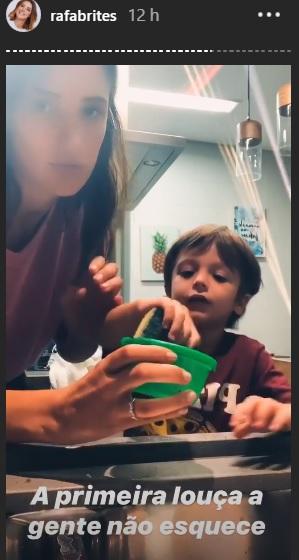 Rafa Brittes ensina filho a lavar louça