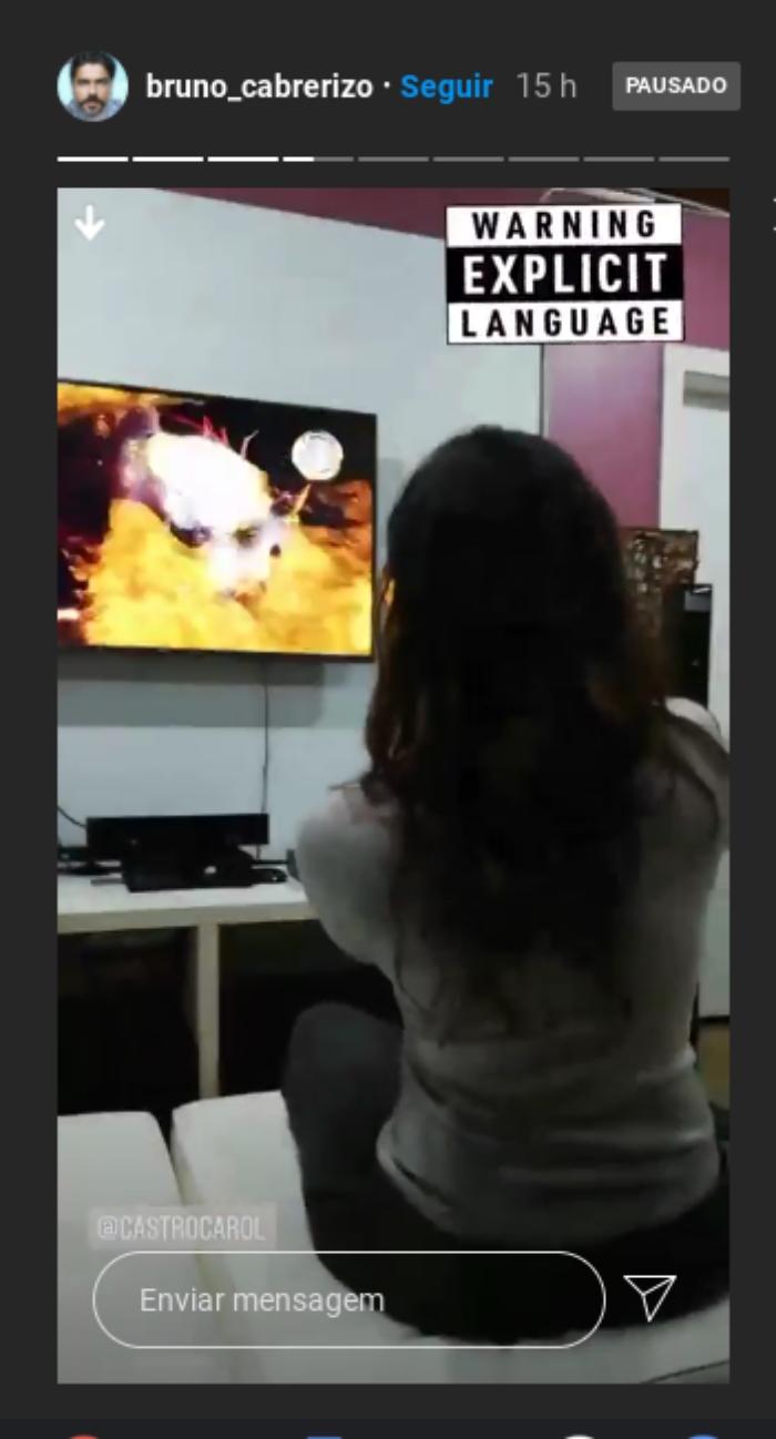 Bruno Cabrerizo registra Carol Castro jogando videogame
