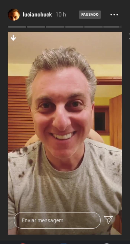 Luciano Huck corta o cabelo durante a quarentena