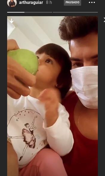 Mão de mulher aparece em vídeo de Arthur Aguiar com a filha e Mayra Cardi esclarece situação após polêmica
