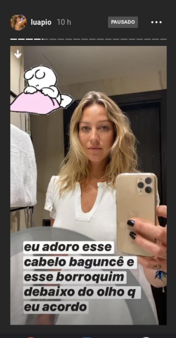 Bagunçada e musa, Luana Piovani posa no espelho e mostra visual quando acorda
