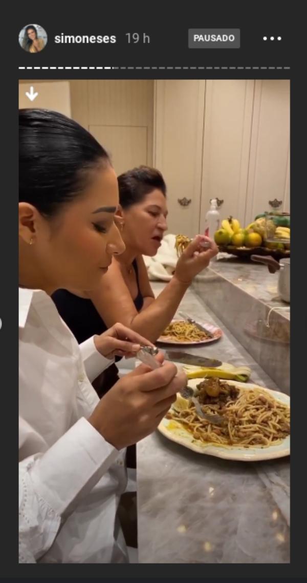 Impressionada, Simone flagra pratão de comida de Simaria e brinca com a situação