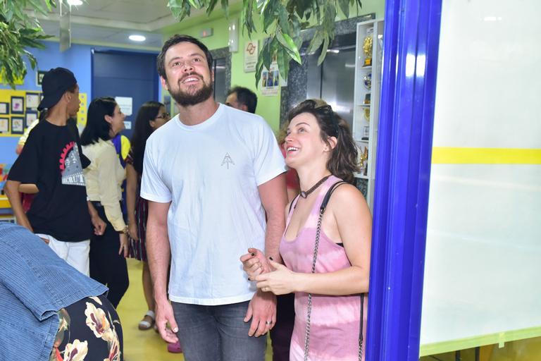 Bianca Bin e Sérgio Guizé doam objeto inusitado durante visita em hospital de câncer