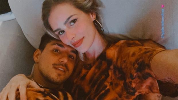 Yasmin Brunet e Gabriel Medina surgem coladinhos