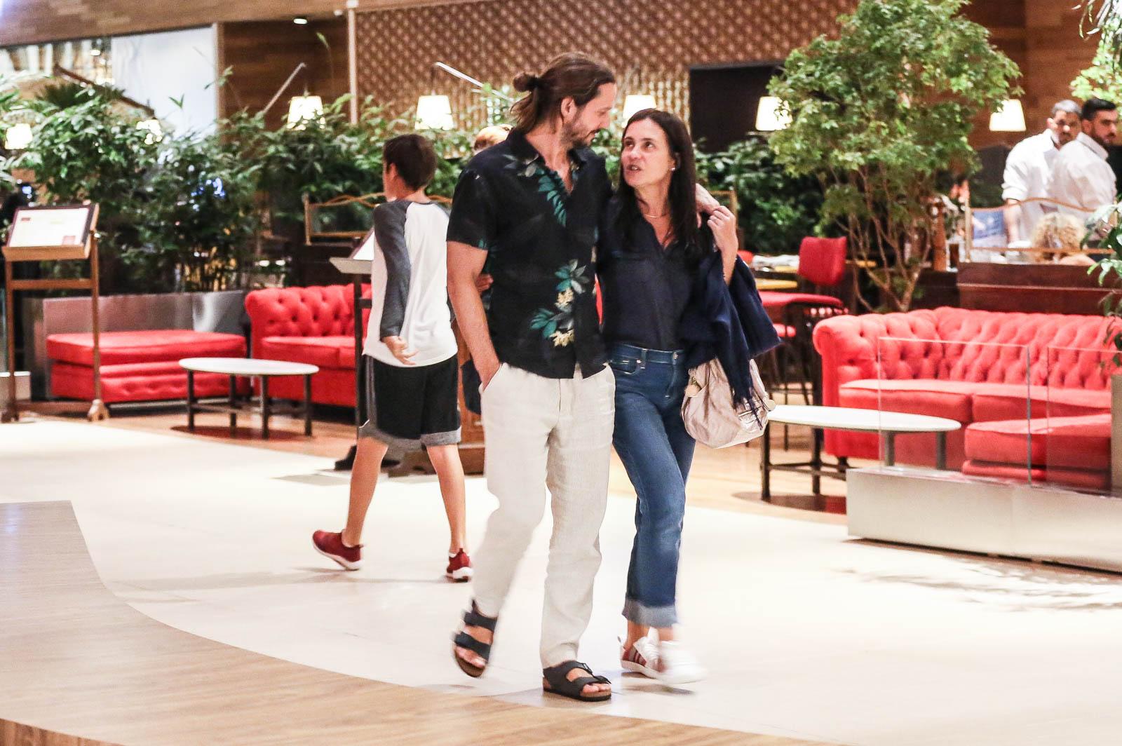 Vladimir Brichta e Adriana Esteves passeiam no Shopping na Barra da Tijuca