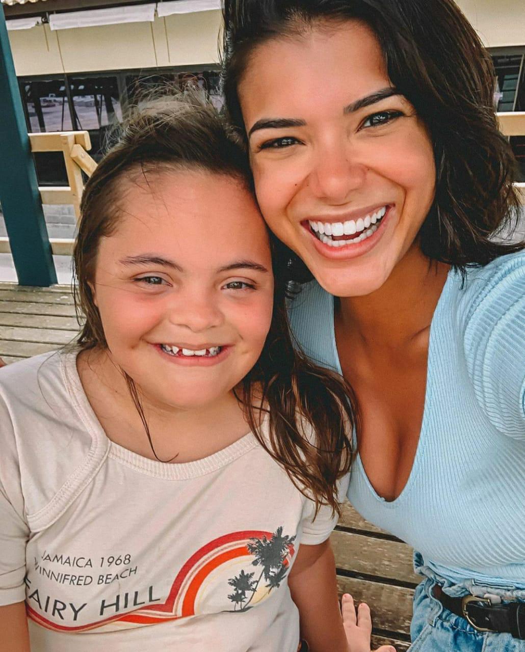 Jakelyne Oliveira ao lado de Geovanna, sua irmã