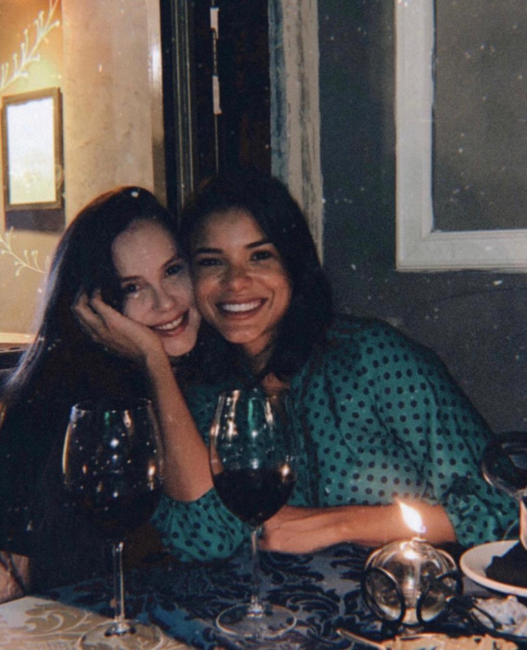 Jakelyne Oliveira ao lado da amiga Anna Caroline