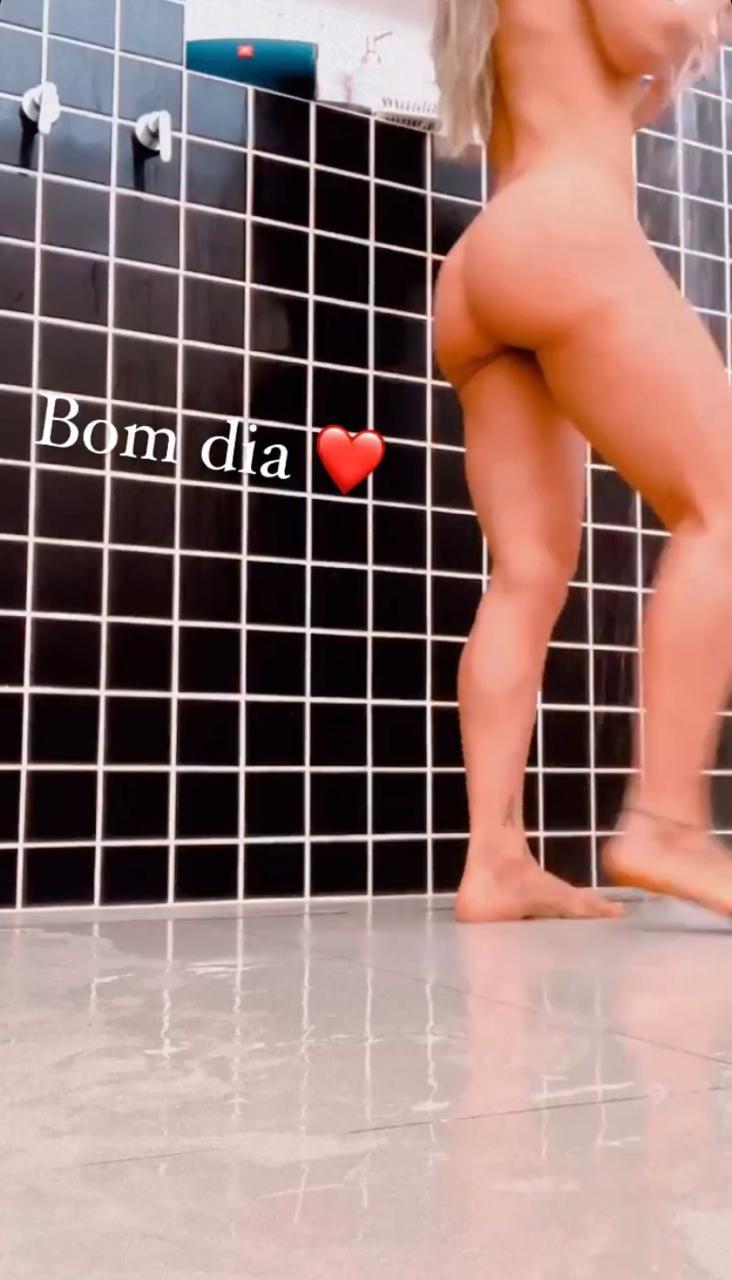 Mayra Cardi filma próprio banho