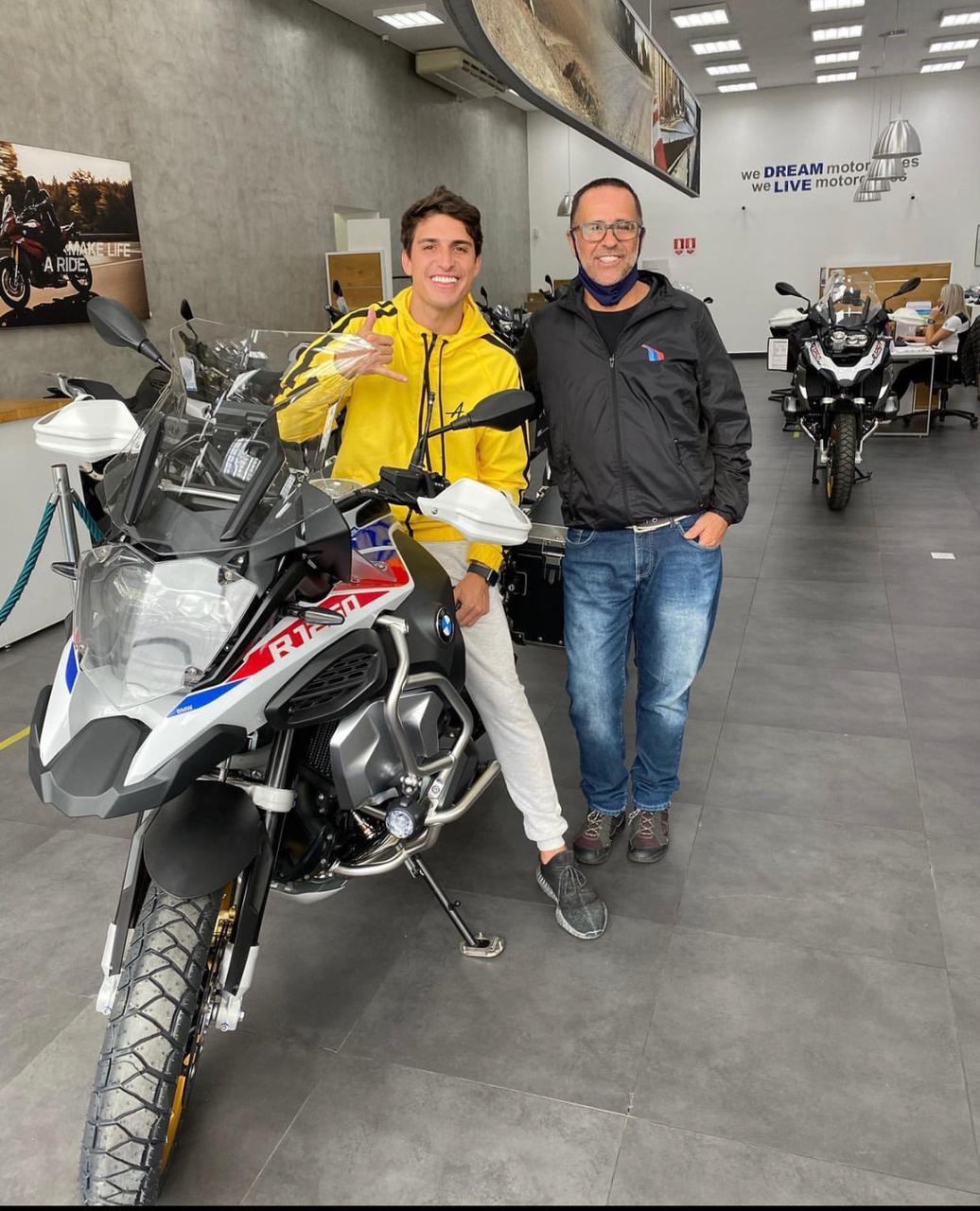 Felipe Prior presenteia o pai com uma moto